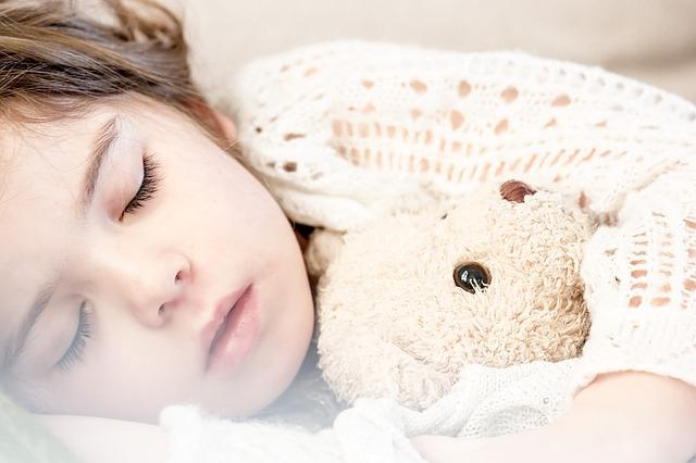 spící holčička s medvídkem.jpg