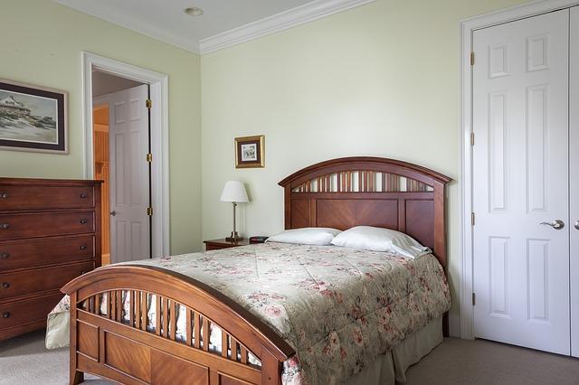 dveře u postele